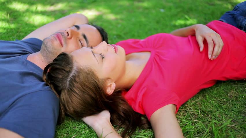 relaxarea in gazon bine crescut prin sistem de irigatii datorita serviciilor fil garden-min