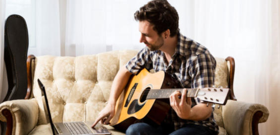 hobby ul de a canta la o chitara acustica-min